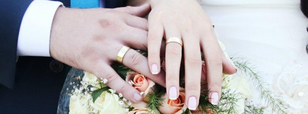 Кто покупает кольца и  на свадьбу